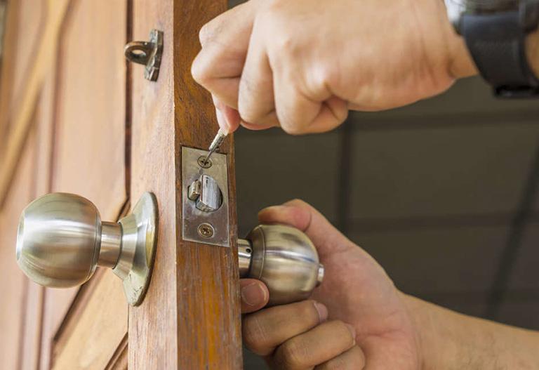 تعویض سیلندر قفل در محل به نیروی مجرب
